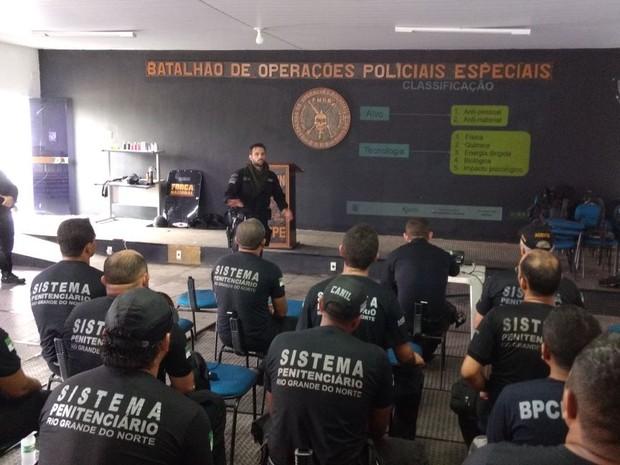 Agentes penitenciários do RN em treinamento ministrado por agentes federais (Foto: Divulgação / Sejuc)