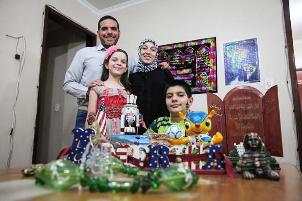 O engenheiro sírio Talal Al Tinawi vive com a família em São Paulo e diz que não pensa em voltar ao país natal. A admiração pelo Ocidente é vista na coleção de souvenirs de lugares que visitou, exposta na sala de casa (Foto: Fábio Tito/G1)