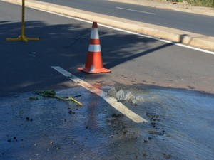 Motorista de Piracicaba disse que bateu carro em tampa de bueiro  (Foto: Luiz Felipe Leite/G1)