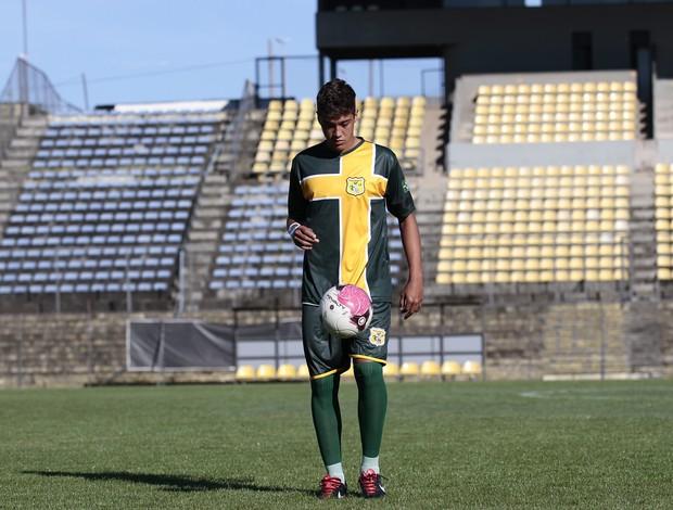 Romarinho apresenta a nova camisa do Brasiliense (Foto: Claudio Bispo - Divulgação Brasiliense)