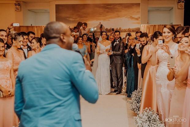 Thiaguinho cantando para os convidados na cerimônia (Foto: RoxStudio)