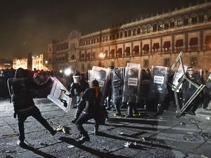 Grupo entra em conflito com a polícia próximo ao palácio do governo mexicano. Presidente é pressionado em meio ao desaparecimento de 43 jovens  (Foto: YURI CORTEZ/AFP)