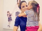 Ticiane Pinheiro recebe a visita da filha nos bastidores de programa