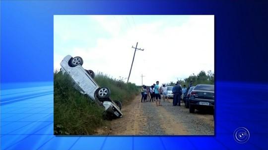 Quatro veículos se envolvem em acidente após carro capotar