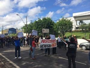 Nesta terça (29), um grupo se reúne em frente à sede do governo do Amazonas (Foto: Diego Toledano/G1 AM)
