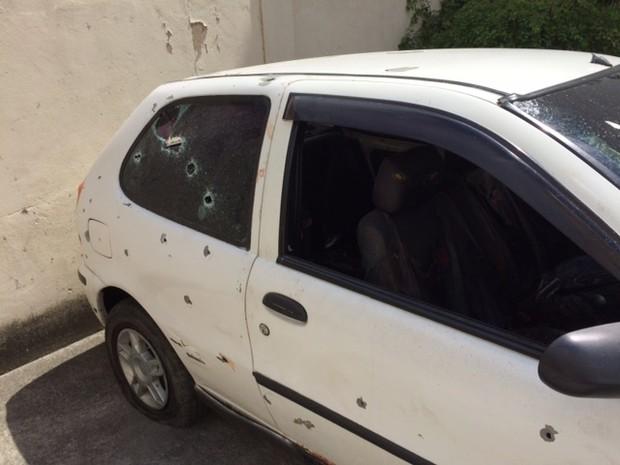 Carro dos rapazes ficou com diversas marcas de tiro. (Foto: Janaína Carvalho / G1)