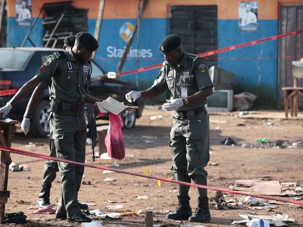 Batalhão do esquadrão de bomba da polícia recolhe detritos da explosão para análise em Nyanya, na periferia de Abuja (Foto: Afolabi Sotunde/ Reuters)