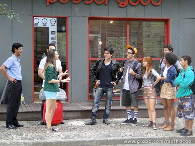 Clima de saudade! Fatinha se despede dos amigos no hostel (Foto: Malhação/ TV Globo)