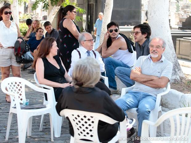 Grupo grava cenas da novela no cemitério  (Foto: Amor à Vida / TV Globo)