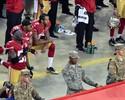 Com novo protesto de Kaepernick, 49ers passam fácil pelos Rams