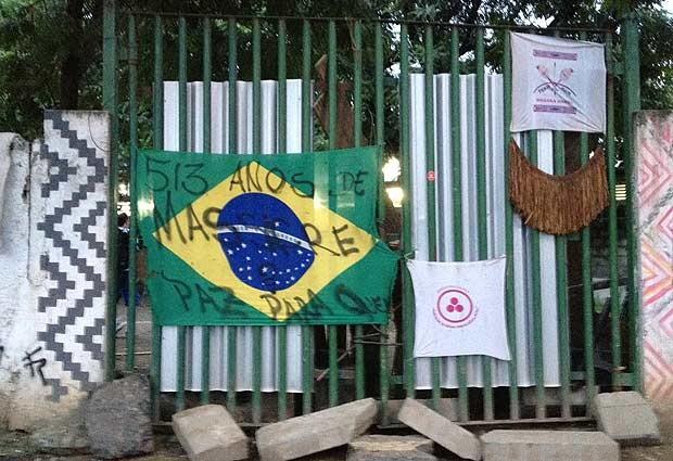 Antigo museu do índio, no Maracanã, estava fechado, com uma barricada para resistir desocupação. (Foto: Isabela Marinho / G1)