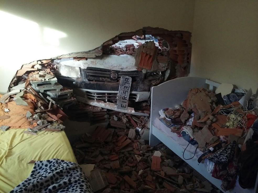 Carro invadiu parede de quarto em casa do setor Itapuã (Foto: Elder Silva/Divulgação)