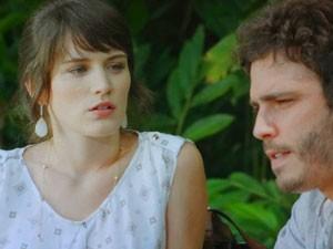 Carolina e Zenon armam para cima de Charlô (Foto: Guerra dos Sexos / TV Globo)