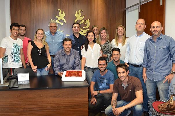 Equipes da Ataque Propaganda e TV Fronteira comemoraram os quatro anos da agência (Foto: Marketing/TV Fronteira)