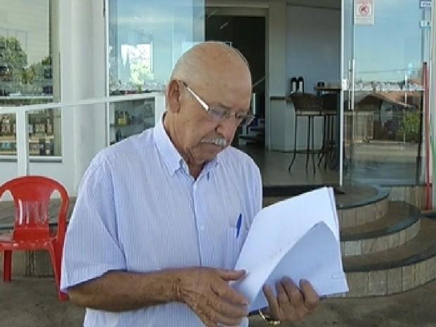 Dono do posto mostra as notas promissórias assinadas pelo servente de pedreiro (Foto: Reprodução / TV Tem)