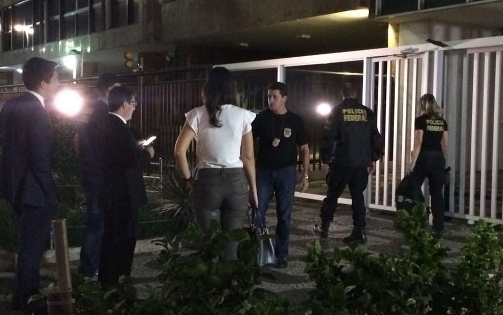 Agentes da Polícia Federal chegaram às 5h54 no prédio na Avenida Vieira Souto, em Ipanema (Foto: Cristina Boeckel / G1)