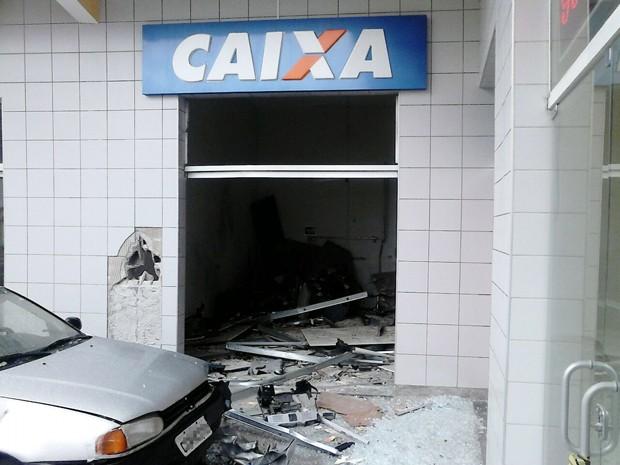 Caixas eletrônicos de posto em Ilha Comprida ficaram destruídos (Foto: Divulgação/Polícia Militar)