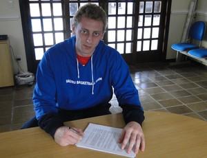 Lucas Tischer, pivô, assina contrato com o Bauru Basquete (Foto: Divulgação / Bauru Basquete)