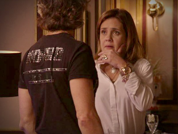 Trégua! Carminha propóe a Max que eles façam as pazes (Foto: Avenida Brasil/TV Globo)