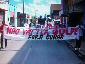 Manifestação reuniu mil pessoas segundo organização e 200 de acordo com a PM (Foto: Michelly Oda / G1)