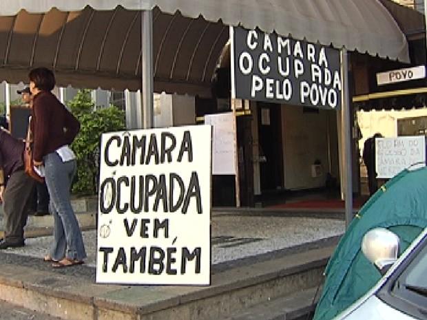 Manifestantes colocaram cartazes em frente à Câmara de Rio Preto (Foto: Reprodução / TV Tem)