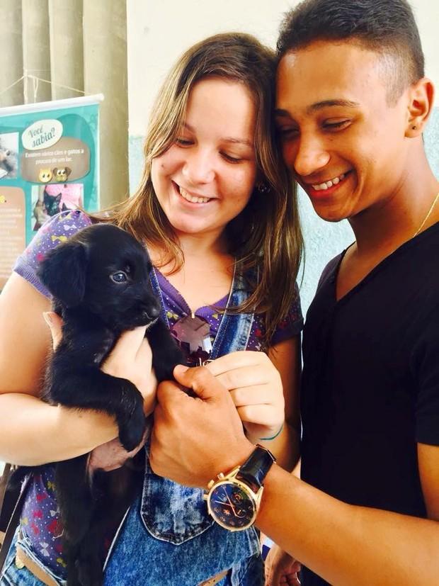Maria Claudia e Fernandinho adotaram um cachorrinho no começo do namoro (Foto: Facebook/Reprodução)