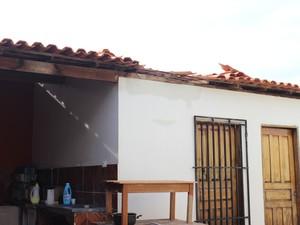 Arma do crime foi encontrada escondida entre o telhado e o forro da casa (Foto: Catarina Costa/G1)