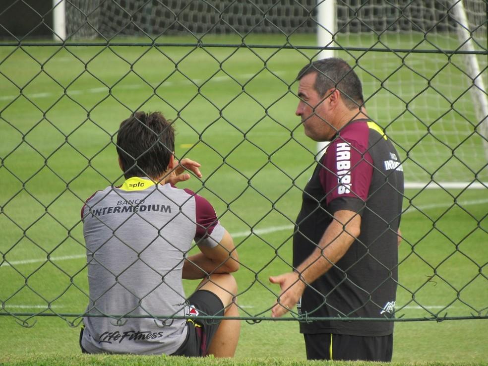 Rodrigo Caio bate papo com Pintado num dos gramados do centro de treinamento (Foto: Marcelo Hazan)