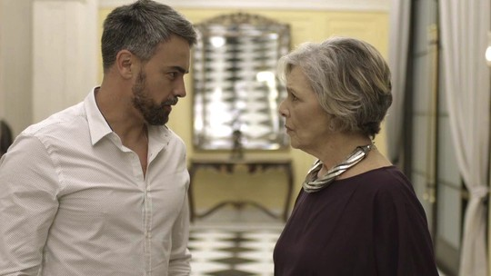 Adriano surpreende Sabine e se hospeda no Carioca Palace