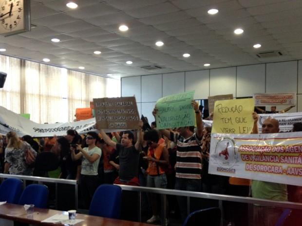 Manifestantes foram ao plenário da Câmara Municipal (Foto: Luana Eid / G1)