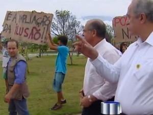 Durante a visita a São Sebastião, Alckmin enfrentou protestos por causa da ampliação do porto (Foto: Reprodução/TV Vanguarda)