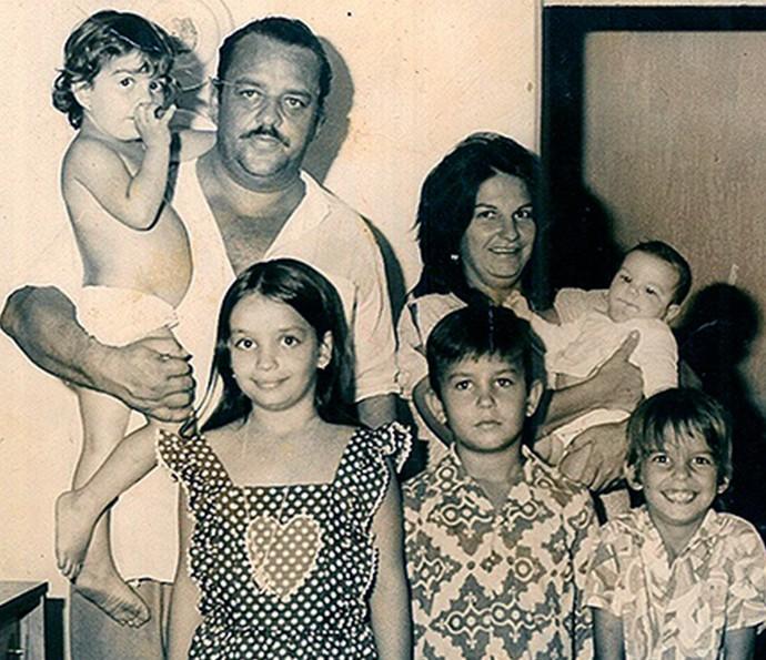Família de Ivete Sangalo reunida: Alsus, Maria Ivete e os cinco filhos. Ivete é a caçula, o bebê no colo da mãe (Foto: Arquivo pessoal)