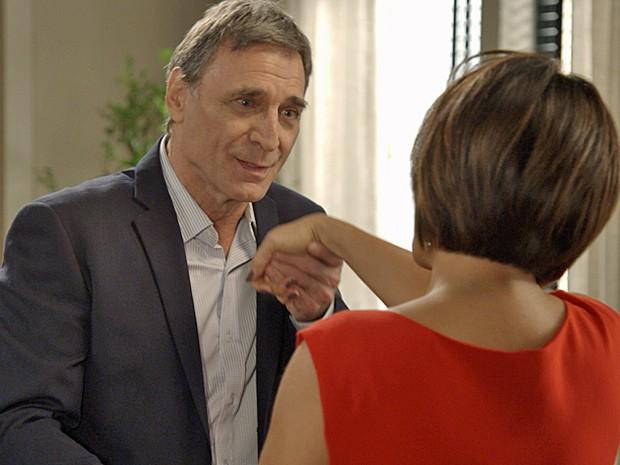 Otávio chega de Dubai e demonstra intimidade com Beatriz (Foto: TV Globo)
