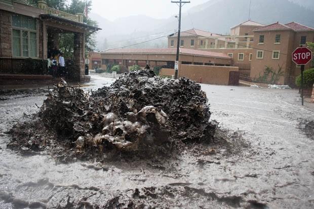 Inundações causaram vazamento do esgoto em cidade do Colorado (Foto: Michael Ciaglo/The Gazette/AP)