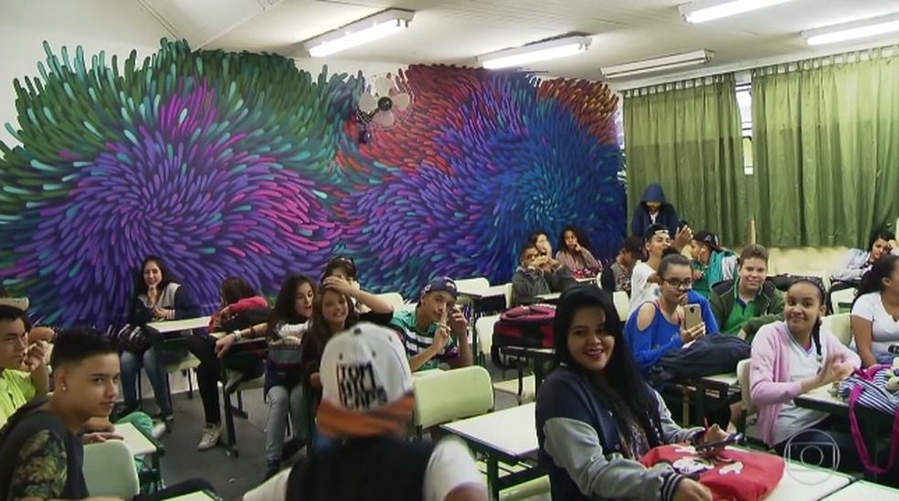 Salas foram coloridas pela tinta de grafiteiros em Guarulhos (Foto: Reprodução/TVGlobo)