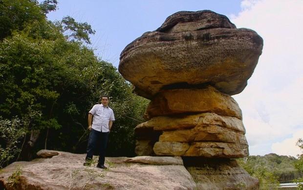 Repórter Luciano Abreu mostra pedras de valor arqueológico no interior do Amazonas (Foto: Bom Dia Amazônia)