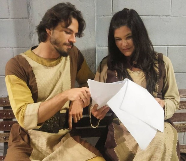 Lucas Montandon com Cristiana Oliveira em bastidor de gravação (Foto: Reprodução/Instagram)