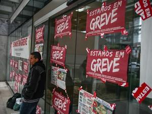 Cartazes com aviso da greve dos bancários cobre a fachada de uma agência do banco Santander Select na Avenida Engenheiro Luís Carlos Berrini, no Brooklin, Zona Sul de São Paulo (Foto: Fábio Tito/G1)