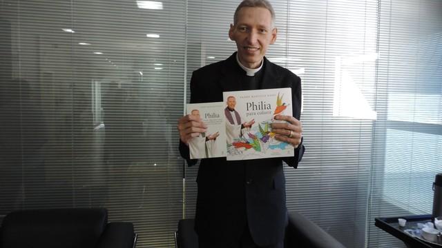 Padre Marcelo Rossi lançou livros no Jornal do Almoço (Foto: Géssica Valentini/G1)