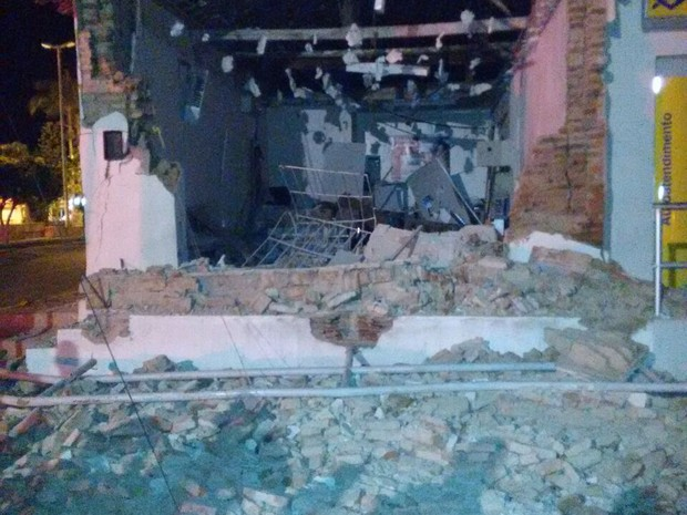 Agência bancária ficou destruída com a explosão (Foto: Divulgação/PM)