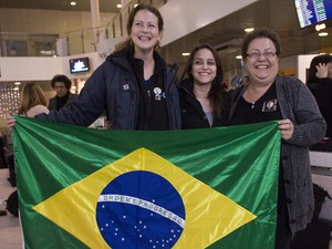 Ana Paula Maciel, ativista do Greenpeace, se encontra no aeroporto de São Petersburgo, na Rússia, com a sobrinha Alessandra e a mãe, Rosângela, neste domingo (24) (Foto: Dmitri Sharomov / Greenpeace)