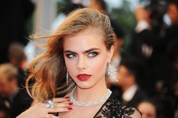 Cara Delevingne e mais famosas apostam em sobrancelhas marcadas 