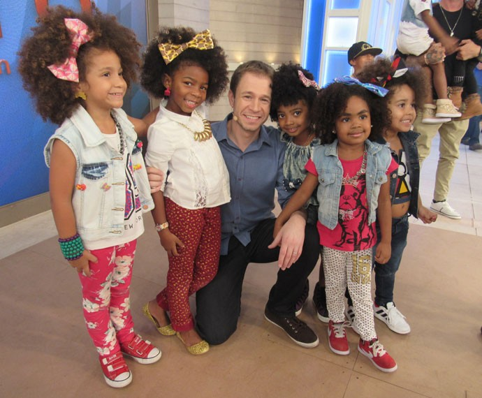Momento fofura: Leifert com as crianças que participaram do programa  (Foto: Carolina Morgado/Gshow)