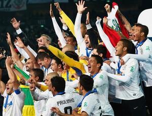 Corinthians recebe a taça do título Mundial (Foto: Getty Images)