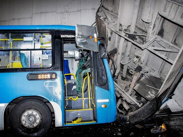 acidente com dois ônibus no Rio (Foto: Tiago Sperotto/Futura Press/Estadão Conteúdo)