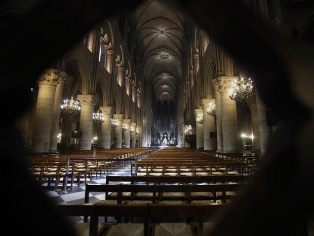 A catedral ganhou lâmpadas de LED (Foto: Remy de la Mauviniere/AP)