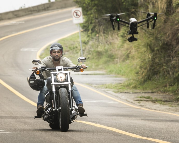 Bruno Gagliasso pilota moto em cenas de 'Sol Nascente' (Foto: Gshow/Raphael Dias)