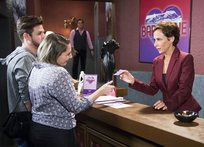 Sueli consegue emprego em hotel de Copacabana no episódio de Tapas e Beijos desta terça, 14/07 (Foto: João Miguel Junior / TV Globo)