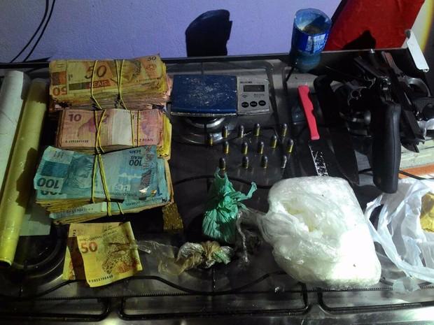 Dinheiro, drogas e armas achadas com adolescente de 16 anos detido por tráfico de drogas na noite desta segunda-feira (11) no DF (Foto: Polícia Militar/Divulgação)
