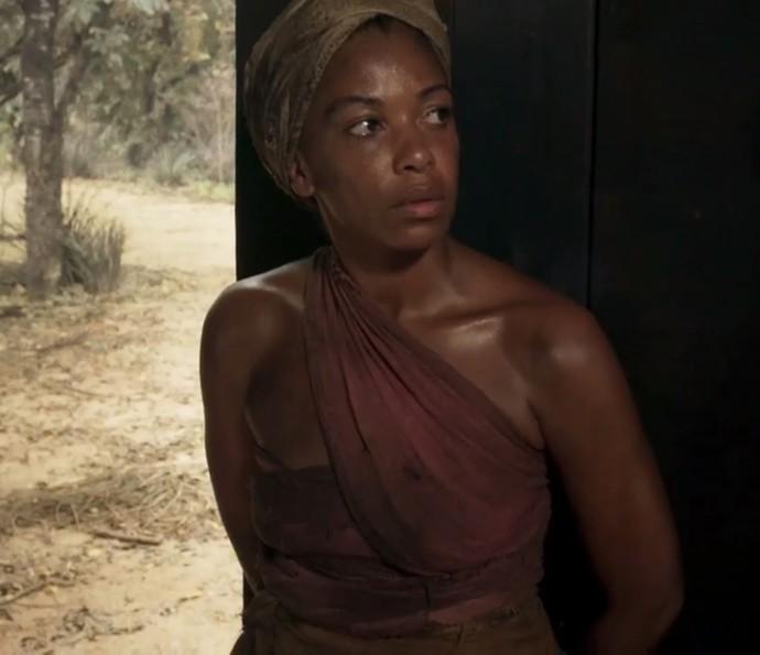 Heloísa Jorge vive a escrava Luanda, que trabalha na chácara de Raposo (Foto: TV Globo)
